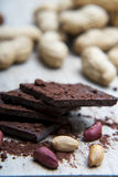 Pile de chocolat foncé couverte de poudre de cacao Photos stock