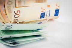 Pile de cinquante euro et cent euro billets de banque sur le wh Image libre de droits