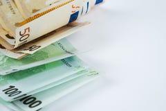 Pile de cinquante euro et cent euro billets de banque sur le wh Photos stock