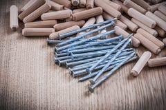 Pile de clous en bois de construction de goujons sur le fond en bois images libres de droits