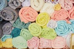 Pile de coloré vibrant roulé vers le haut du textile d'ouatine photo stock