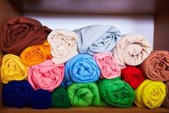 Pile de coloré vibrant roulé vers le haut du textile d'ouatine photos stock