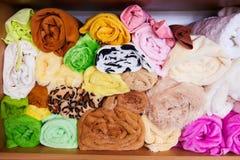 Pile de coloré vibrant roulé vers le haut du textile d'ouatine photographie stock libre de droits