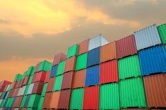 Pile de conteneurs de cargaison aux docks photo stock