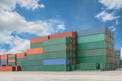 Pile de conteneurs de cargaison aux docks Photos stock