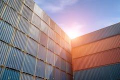 Pile de conteneurs de cargaison aux docks photo libre de droits