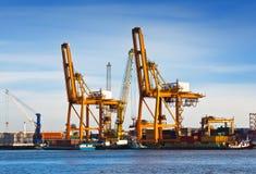 Pile de conteneurs de marchandises aux docks Photographie stock