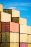 Pile de conteneurs de marchandises de cargaison dans le port photos stock