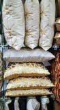 Pile de coussins colorés métalliques détail Photo libre de droits
