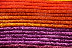 Pile de couvertures tissées traditionnelles d'alpaga Image stock