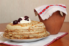Pile de crêpes avec la crème sure et les cerises Photo stock