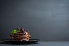 Pile de crêpes avec les mûres fraîches Photo libre de droits