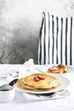 Pile de crêpes chaudes au-dessus de table de cuisine Image stock