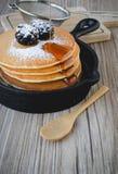 Pile de crêpes dans la poêle avec des mûres et le syru d'érable Image libre de droits