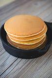 Pile de crêpes dans la poêle avec des mûres et le syru d'érable Photographie stock libre de droits