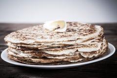 Pile de crêpes russes - blini d'un plat blanc photos stock