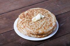 Pile de crêpes russes - blini d'un plat blanc images stock