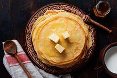 Pile de cr?pes minces faites maison avec des morceaux de beurre, de lait et de miel de vieux plat en c?ramique rustique photo libre de droits