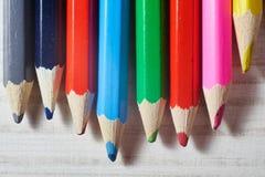 Pile de crayons colorés sur la table blanche photos stock