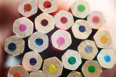Pile de crayons colorés sur la table blanche photographie stock libre de droits