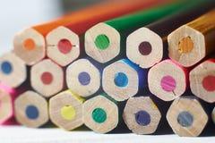 Pile de crayons colorés sur la table blanche photo libre de droits