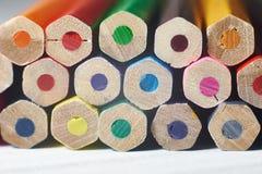 Pile de crayons colorés sur la table blanche images stock