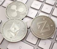 Pile de cryptocurrencies sur le clavier blanc, pièces de monnaie physiques de platine, cryptocurrency de extraction illustration de vecteur
