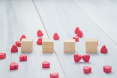 Pile de cube en bois vide avec le groupe de mini coeur rouge sur r blanc Image stock