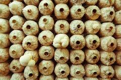 Pile de cubes en champignon dans une ferme étroite Image stock