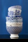 Pile de cuvettes avec des conceptions bleues et de blanc Images libres de droits