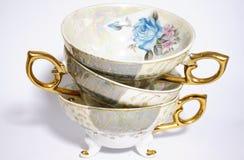 Pile de cuvettes de thé antiques Image stock