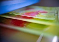 Pile de cuvettes en plastique colorées au-dessus du fond blanc photographie stock