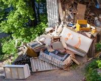 Pile de déchets cassée drôle de meubles photo stock