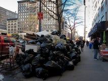 Pile de détritus sur la rue à New York City Photos libres de droits