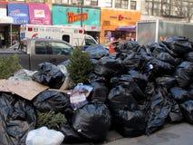 Pile de détritus sur la rue à New York City Photographie stock
