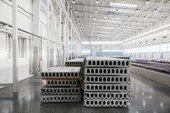 Pile de dalles en béton renforcé dans un atelier d'usine Image libre de droits