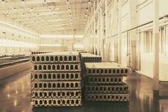 Pile de dalles en béton renforcé préfabriquées dans un atelier d'usine Images stock