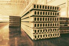 Pile de dalles en béton renforcé préfabriquées dans un atelier d'usine photos libres de droits