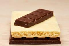 Pile de deux plans rapprochés noirs et un blancs de chocolat Photographie stock