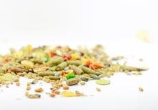 Pile de divers grains, d'isolement sur le blanc Photo stock