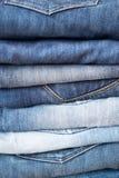 Pile de diverses couleurs des jeans Image stock