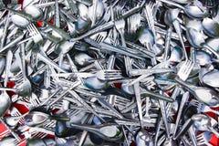 Pile de diverses cuillères et fourchettes inoxydables Photo stock