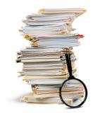 Pile de documents/de dossiers avec la loupe photo libre de droits