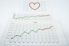 Pile de documents sur papier avec des rapports financiers et un grand rouge il Images stock