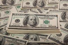 Pile de dollars contre le contexte de l'argent photos libres de droits