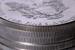 Pile de dollars en argent d'une once Image libre de droits