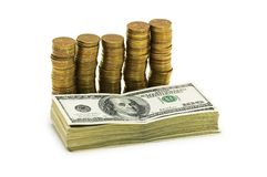 Pile de dollars et de pièces de monnaie d'isolement sur le blanc Photos libres de droits