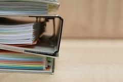 pile de dossier de bureau sur la table en bois Photographie stock libre de droits