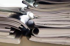 Pile de dossiers avec des documents Photos stock