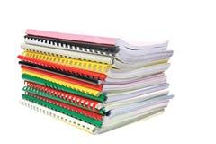 Pile de dossiers de papier d'isolement sur le blanc Images stock